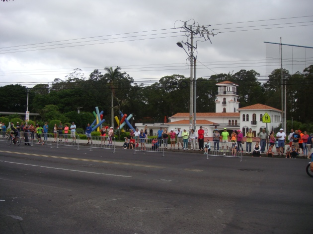 17k: Runners round La Sabana, with el Museo de Arte being the first landmark.
